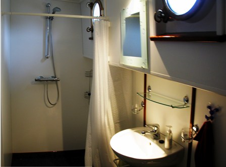 Die Gästedusche mit Lavabo und Toilette